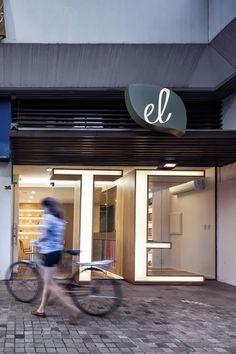 ilia estudio interiorismo: El Té, una tienda donde accedemos a través de dos enormes letras iluminadas