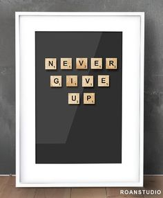 Scrabble grafika, plakat w ramce NEVER GIVE UP w Roanstudio na DaWanda.com