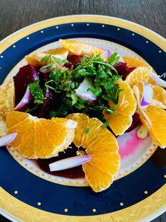 Passend zur kühlen Jahreszeit gibt es einen vitaminreichen Salat mit blutroten Randen, saftigen Mandarinen und einer würzigen Vinaigrette. Mit ein paar Canihua Samen lässt sich dieser fruchtige Herbstsalat noch super aufpimpen. Vinaigrette, Superfood, Thai Red Curry, Ethnic Recipes, Fall Salad, Mandarin Oranges, Couple, Seeds