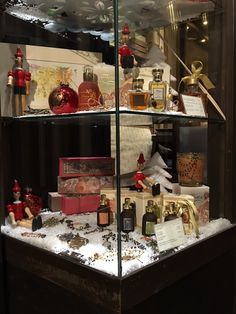 Vetrine di Natale del Florian di Firenze - Christmas shop windows of Florian in Florence #Christmas #Natale #Gift #profumo #candela #collana #eaudetoilette #fragranzza #fragrance #Florian #Pinocchio #snow