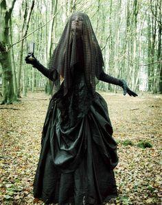 Si la mayoría de tu clóset es de color negro, conseguir un disfraz de Halloween no será difícil.