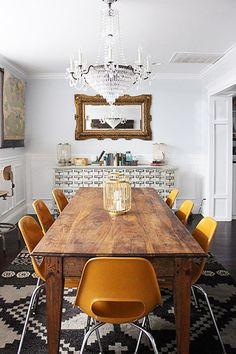 Discover Your Home Decor Personality: Inspirations for the Eclectic Collector - Home Professional Decoration Dining Room Design, Dining Room Table, Kitchen Dining, Dining Rooms, Wood Table, Rustic Table, Rustic Wood, Dining Chairs, Schonbek Chandelier