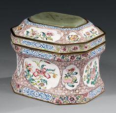 Exceptionnelle boîte à poudre couverte, Période Yongzheng (1723-1735)