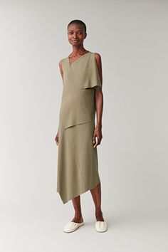 From modern shoes to timeless accessories, find the perfect party piece at COS. Khaki Green Dress, Color Khaki, Smock Dress, Wool Dress, Fashion Over 40, Plus Fashion, Mom Fashion, Fashion Ideas, Outfits