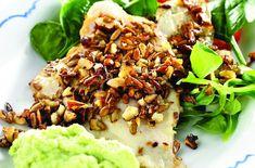 Fisk panert i hakkede nøtter med en myk og smaksrik mos av blomkål og brokkoli.