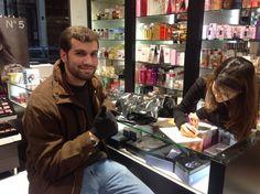 Comprando perfume francês. Nosso grupo de férias janeiro/2013 . Não faça intercâmbio. Faça Cultura & Companhia!