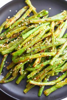 These garlic roasted green beans are the perfect side dish addition to any table and meal! They will convert you to love green beans if you don't already! Broccoli And Green Beans Recipe, Boiled Green Beans Recipe, Green Beans Recipe Indian, Good Green Bean Recipe, Baked Green Beans, Roasted Green Beans, Green Bean Recipes, Beans Recipes, Kitchens
