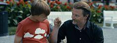Aikuisten poika, Kuvassa Esa Nikkilä ja Kari Hietalahti.  11-vuotias Oliver (Esa Nikkilä) menettää vanhempansa autokolarissa. Hän kieltäytyy suremasta ja alkaa sen sijaan tutkia, mikä johti onnettomuuteen. Tutkimustensa lomassa Oliver tutustuu hälytyslaitteita kaupittelevaan Joonakseen (Kari Hietalahti) ja heidän välilleen kehittyy odottamaton ystävyys.