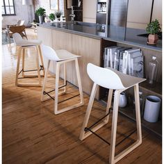 Le tabouret chaise de bar mi-hauteur scandinave SCARLETT (blanc) apportera du fun à votre îlot de cuisine.