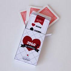 """O Valentine's Day não é uma data muito comemorada por aqui, afinal, temos o nosso Dia dos Namorados em Junho. Mas por ser umacelebração ao amor, é uma bela desculpa para fazer uma surpresa ao seu amor e passar um dia juntinhos, concordam? Pensando nisso, preparei um jogo de cartas sensual para que vocês possam animar a noite do dia 14 de Fevereiro!  O Jogo daSedução é uma adaptação do muito conhecido jogo """"Mau-Mau"""", porém, acrescentei prêmios e ações bem picantes para um jogo a dois…"""