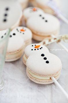Christmas snowman (and snowwoman!) macaron cake pops (macaron on a stick). Christmas Sweets, Christmas Cooking, Christmas Goodies, Christmas Snowman, Homemade Christmas, Christmas Eve, Macarons Christmas, Christmas Wedding, Christmas Catering