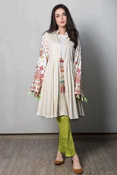 Casual dresses are the most sought out outfits by girls and ladies of all ages. Designers have collections catering to these clothes. Pakistani Dress Design, Pakistani Dresses, Indian Dresses, Indian Outfits, Eid Outfits, Indie Mode, Hippy Chic, Casual Summer Dresses, Winter Dresses