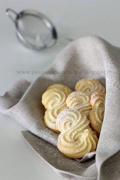 Pasqualina in cucina: Biscotti viennesi Etoile Italian Cookies, Italian Desserts, Just Desserts, Italian Recipes, Biscotti Cookies, Galletas Cookies, Cookie Crumbs, Biscuit Recipe, Beignets