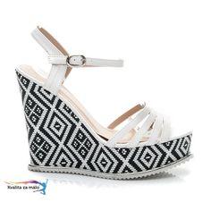 Dizajnové biele sandále