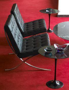 Miles van der Rohe's Barcelona Chair paired with Eero Saarinen coffee & side tables Mesa Saarinen, Living Styles, Barcelona Chair, Other Rooms, Gaming Chair, Modern Interior Design, Chair Design, Mid-century Modern, Mid Century