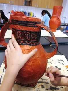 Papier Mache Greek Vases in Grade Seven - Elena Ostrá greek vases in paper mache Source You are in t Art Lessons For Kids, Art Lessons Elementary, Art For Kids, Elementary Spanish, Genius Ideas, Cool Ideas, Art Ideas, Clever Tips, Middle School Art Projects
