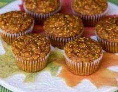 Forvarm ovnen til 180C. Smør en muffinsform med smør. Bland kremost, peanøttsmør, smør, rømme, 1egg, søtstoff og vaniljeekstrakt i en mellomstor bolle. Pisk til en jevn røre. Pisk inn resten av eggene. Ha i resten av ingrediensene, og rør godt.  Fordel røren i muffinsformene til de er 2/3 fulle. S…