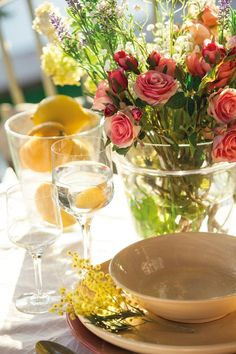Floral arrangement to bright up your appetite - lovely table setting