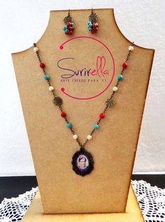 Engarzado en oro viejo con piedras en rojo, turquesa y hueso, dije de Frida Kahlo; incluye aretes
