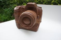 Need an excuse to pick up a camera? This one is made of incredibly delicious chocolate and is an exact replica of a Canon DSLR Chocolate Heaven, Chocolate Art, Chocolate Gifts, Chocolate Lovers, Chocolate Recipes, Kinds Of Camera, Foto Fun, Incredible Edibles, Gifts For Photographers