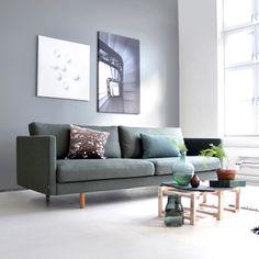 Svev Sofa fra vår leverandør Ygg og Lyng fås i mange flotte tekstiler og farger Sofas, Green Colors, Colours, Sofa Couch, Modern Couch, Lounge, Interior Decorating, Interior Design, Sofa Design