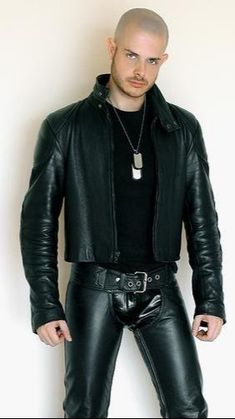Leather jackets have gained iconic status. They are generally gray, black or brown in color. Today, the leather jacket is … Mens Leather Pants, Biker Leather, Leather Skin, Leather Blazer, Black Leather, Leather Jackets, Raining Men, Jacket Style, Leather Fashion