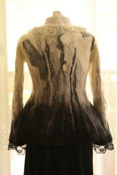 Chaleco realizado en la técnica del fieltro húmedo. Se hace de lana con la adición de fibras naturales y seda. Chaqueta está adornada con abalorios de mano.