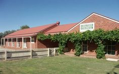 Chiltern Colonial Motor Inn Chiltern An outdoor salt water pool and BBQ facilities are on offer at Chiltern Colonial Motor Inn. Guests enjoy free WiFi and free breakfast daily, with a choice of bacon and eggs, spaghetti on toast or continental options.