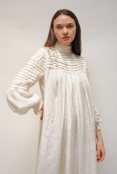 Bust:Up to Waist/Hip:Open Silk Fastens up back Pleated bodice, high neck Pre Excellent vintage condition Arab Fashion, Fashion Images, Korean Fashion, Fashion Tips, Fashion Design Classes, Casual Dresses, Fashion Dresses, Sleeves Designs For Dresses, Fancy Tops