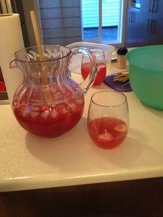 Sangria aux fraises :   1 litre de vin rosé,   2 tasse de fraises congelés,   250 ml de Bacardi au fraises (concentré congelé),   295 ml de limonade rose (concentré congelé),   6 tasse d'eau,   3 tasse de Ginger ale .     Mode d'emploi : Mélanger la limonade, le Bacardi et l'eau  ensemble. Rajouter le vin, les fraises et le Ginger ale. Rajouter des glaçons au goût .   Délicieux !!!
