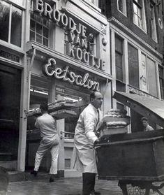 1950's. Baker delivers a supply of rolls to sandwich shop Broodje van Kootje at the Leidseplein in Amsterdam. Photo Spaarnestad. #amsterdam #1950 #leidseplein #broodjevankootje