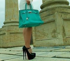 suure i wouldnt mind being 6'6!! bring it on those shoes are sexciii!! and love the colour of the bag!