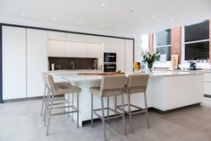 Overall the client wanted a clean design that didn't overpower the space but flowed well between old and new. The first design detail that Lorna worked on with the client was the edges of the doors and worktops. The client really wanted a white, crisp modern kitchen so Lorna worked with her to select a luxury, handless option from the Intuo range.