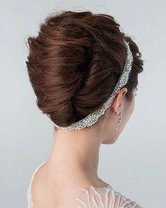最近、夜会巻きがまた流行りの予感。 でも堅苦しくない、ふんわり空気感が出るように、ゆったり夜会が今の気分です。 ウェーブをいれて、少しドライな質感がgood✨ dress:NOVARESE @novaresewedding hair&makeup:久保木純 @west_kuboki #wedding #dress #beauty #hairstyle #makeup #novarese #stylist #ウエディング #25ansウエディング #ヘアメイク #ヘアアレンジ #メイク #夜会巻き #花嫁 #プレ花嫁 #出張 #美容 #ドレス #paradisewest