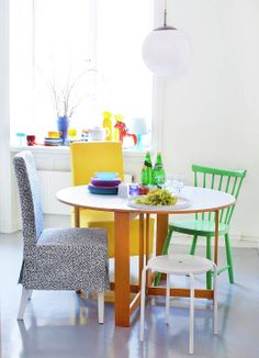 ROZNE KRZESLA Krzesła wokół stołu nie muszą pochodzić z tego samego kompletu. Mogą różnić się kolorem, formą, wysokością. Taka aranżacja wprowadza luz i humor do wnętrza. Każdy może stworzyć swoją własną kolekcję.