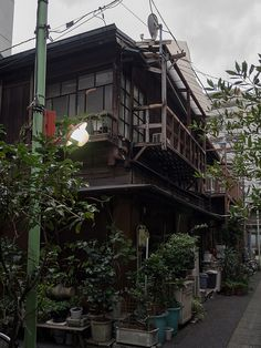kasa51:  Old house at alleyway on Flickr. 路地裏の古家