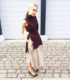 Maroon hues dominate this ensemble through matching suede pumps and a sleeveless turtleneck. // #StreetStyle #PFW