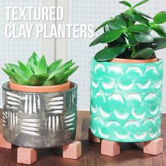 Turn an old glass jar into a clay planter clay planter, diy planters, planter Diy Clay, Clay Crafts, Home Crafts, Stick Crafts, Nature Crafts, Diy Projects Videos, Craft Videos, Diy Videos, Girls Videos