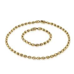 Gold kann mehr! Sie machen mehr aus Ihrem Typ, Ihrer Garderobe und mehr aus jedem Anlass. Daher entscheiden Sie sich einfach für dieses elegante Stück, dem soldiden #Halsband für Ihr Dekollete. Lange Kette oder kurzes Collier mit #Armband in 18 kt Gelbgold als Set  Im Stile von Erbsketten sind sowohl das Armband als auch die Kette dieses Set aus 18 kt #Gelbgold gefertigt. https://www.schmuck-boerse.com mehr #vintage #schmuck #collier #kette #geschenke.