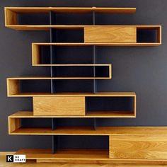Zig zag boekenkast & TV #meubel van eikenhout door #meubelmaker Tim van Caubergh. Eén lange #boekenkast kronkelt in een zigzag over de muur. De doorlopende zig zag creëert de visuele illusie dat de kast uit segmenten bestaat.  #architectuur #organisch #meubelsopmaat #dutchdesign #utrecht #vakmanschap #woodworks #interieur. http://bit.ly/1OisRFy