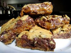 Found them :)  http://thebitesizedbaker.com/2011/09/07/chocolate-chip-cookie-and-caramel-peanut-butter-bars/