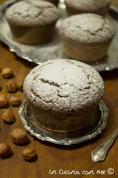 Un tortino di nocciole con un tocco di cacao.
