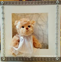 Viktoria dans un cadre décoré de ruban gris et d'une chaînette de coeurs argentés Création Brin d'ambiance Dinan