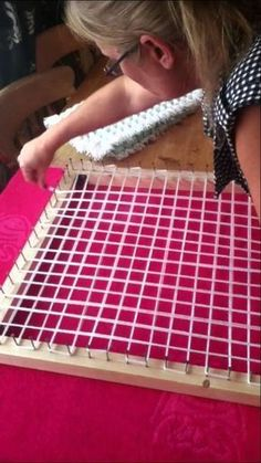 Design Discover How to Make a Pom pom blanket frame. How to make a pom pom loom board frame. Loom Knitting Projects, Loom Knitting Patterns, Yarn Projects, Sewing Projects, Knitting Ideas, Simple Knitting, Afghan Patterns, Sewing Crafts, Crochet Patterns