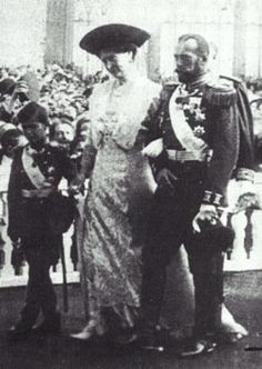 Alexei walking with his parents during the Tercentenary