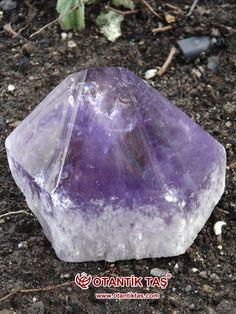 Ametist (Eski Yunanca: ἀμέθυστος / amethystos, = ἀ (a)(değil) + μεθὐω / methýô, (methus) « sarhoş etmek »), SiO2, mor renkli bir kuvars türü. Genellikle mücevher olarak kullanılır. Renksiz, şeffaf kayaç kristali, kuvarsın en saf halidir