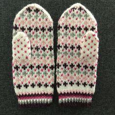 Virolaissarjaa: pääskylapaset Knitted Mittens Pattern, Knit Mittens, Knitting Patterns, Knit Crochet, Knitwear, Gloves, Diy Crafts, Sewing, Handmade
