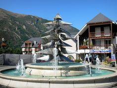 Saint-Lary-Soulan: Station thermale et de ski : fontaine, maisons du village et montagne ; dans la vallée d'Aure - France-Voyage.com