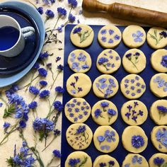 cooking Art Design - Cooking with flowers Lori Stern& cookies. Cute Food, Yummy Food, Breakfast And Brunch, Flower Food, Flower Cookies, Shortbread Cookies, Shortbread Recipes, Sugar Cookies, Edible Flowers