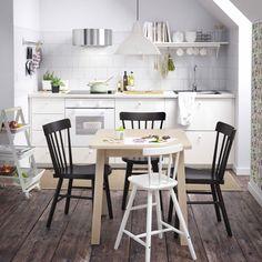 Petite cuisine blanche avec petite table en bouleau massif teinté blanc, chaises…